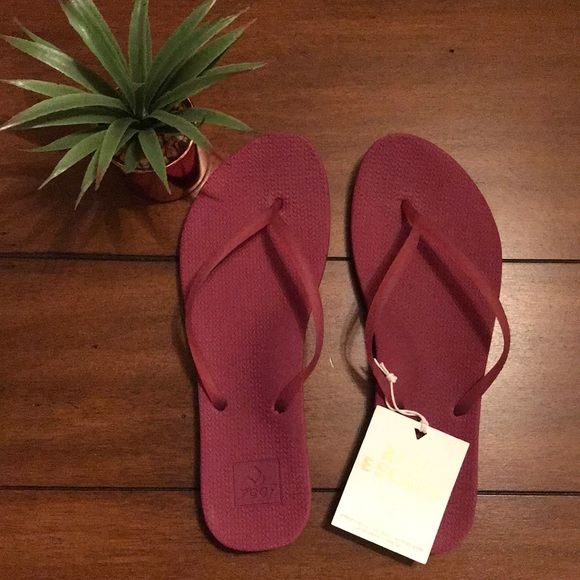 eed70af01edc NWT Reef Escape Lux Sandals in Raspberry
